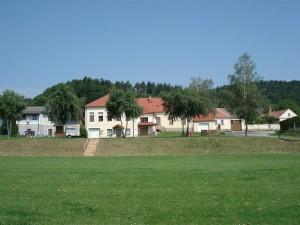 Ansicht der Alten Schule Landsee vom Sportplatz aus