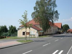 Ansicht der Alten Schule von der Hauptstraße aus